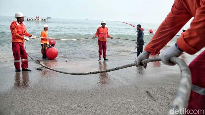 XL Axiata ikut serta dalam proyek pembangunan Sistem Komunikasi Kabel Laut (SKKL) internasional. Kabel bawah laut ini menghubungkan Australia-Indonesia-Singapura.