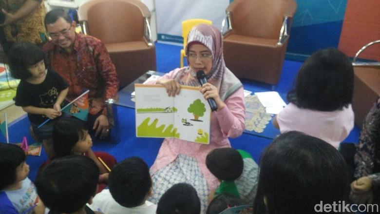 Asyiknya Istri Mendikbud Bacakan Fabel untuk Anak-anak PAUD