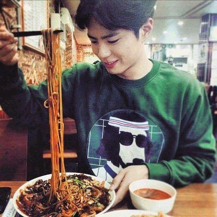 Menyantap jjajangmyeon dengan paduan beberapa lauk. Park Bo Gum terlihat asyik mengambil mie yang mulur dengan sumpitnya. Jadi pengen nih makan mie barengan Park Bo Gum. Foto: Instagram @parkb0gum