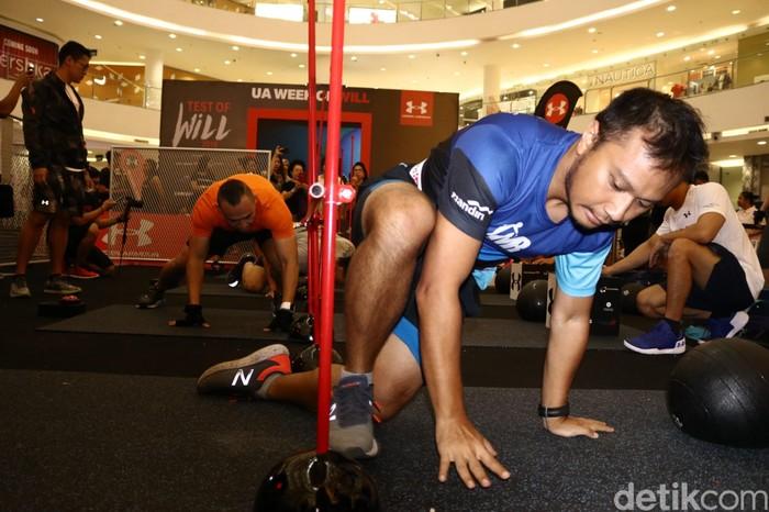 Deadball squats misalnya, memadukan gerakan squats dengan mengangkat beban hingga melewati kepala. Foto: Rifkianto Nugroho