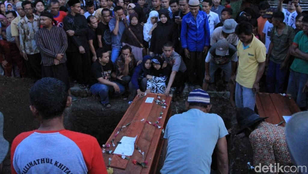 Ayah-Anak Korban Kebakaran Asrama TNI Kalteng Dikubur di Bandung
