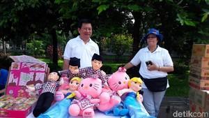 Tony Leung Jual Boneka Jokowi di Acara Relawan Perempuan Militan