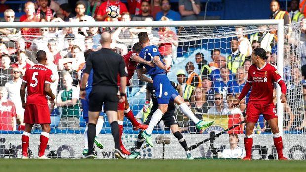 Chelsea unggul 1-0 atas Liverpool pada babak pertama berkat gol Olivier Giroud.