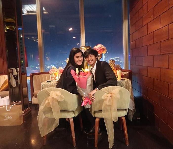 Menjalin kasih 5 tahun dengan artis Felicya Angelista, Hito merayakan momen jadian mereka di sebuah restoran berpemandangan ketinggian Jakarta. Stay with me always yaa baby, tulis Hito. Foto: Instagram hitocaesar