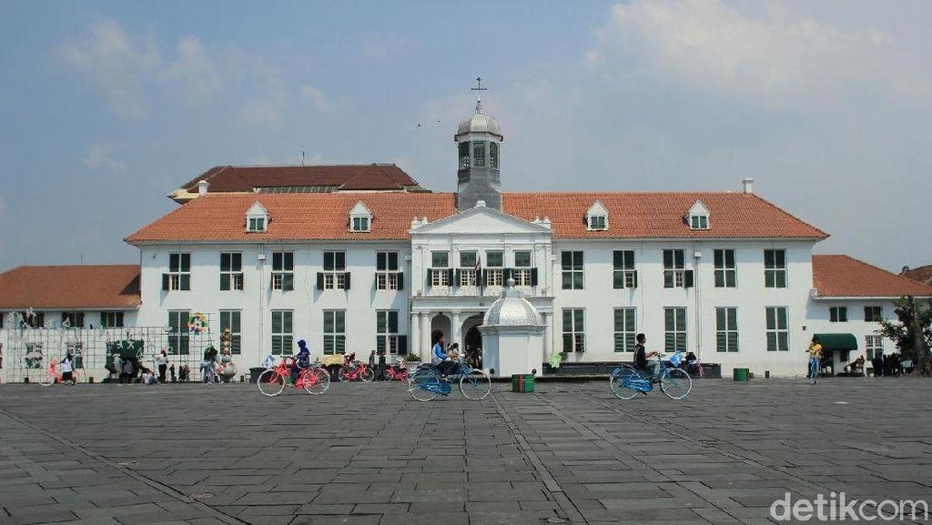 Menikmati Sejarah Jakarta Lewat Sepeda Onthel