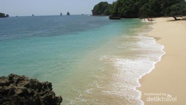 Pantai Tiga Warna memiliki gradasi air biru dan hijau serta pasir kemerahan. Pantai ini merupakan kawasan konservasi bakau dan terumbu karang (Hailani Masita/dTraveler)