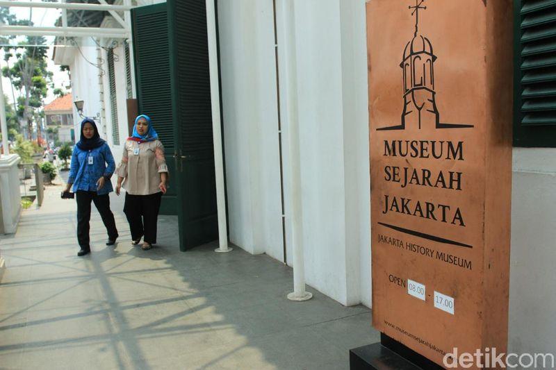 Setelah direnovasi, Museum Fatahillah bisa kembali dikunjungi oleh wisatawan. Perubahan pertama tampak dari lokasi masuk museum yang kini berada di samping kanan gedung (Randy/detikTravel)