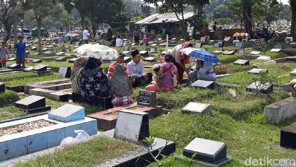 Jelang Ramadan, TPU Karet Bivak Ramai Peziarah