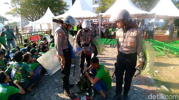 Polisi memeriksa barang sebelum diizinkan masuk stadion