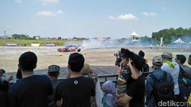 Penonton Kejurnas Drifting putaran pertama di Pondok Cabe