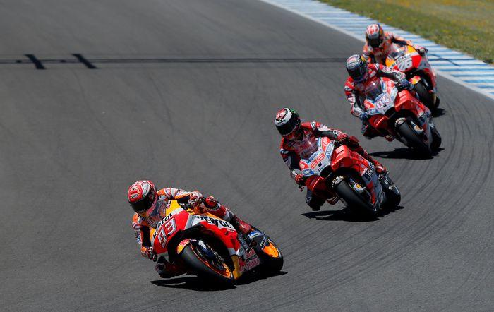Kecelakaan yang terjadi di tikungan enam ini bermula dari persaingan sengit Jorge Lorenzo, Andrea Dovizioso, dan Dani Pedrosa untuk memperebutkan posisi kedua. Mereka tertinggal dari Marc Marquez yang memimpin balapan. (REUTERS/Jon Nazca)
