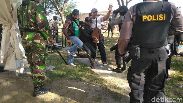 salah seorang suporter diamankan polisi