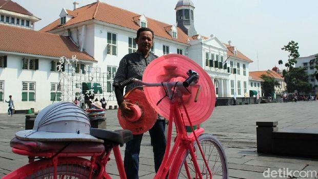 Markham, salah satu penjaja wisata sepeda onthel (Randy/detikTravel)