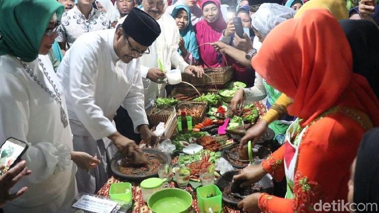 Begini Gaya Gus Ipul Nguleg Sambal di Festival Makan 1,5 Ton Nila