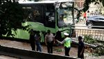 Foto-foto Bus TransJ Seruduk Pembatas Jalan di Simprug
