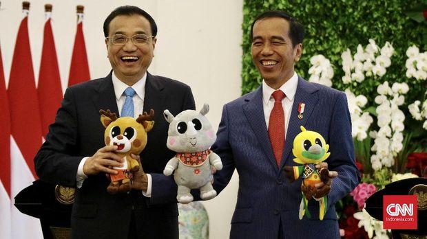 Presiden Joko Widodo (kanan) dan Perdana Menteri China Li Keqiang (kiri), di Istana Kepresidenan, Senin (7/5).