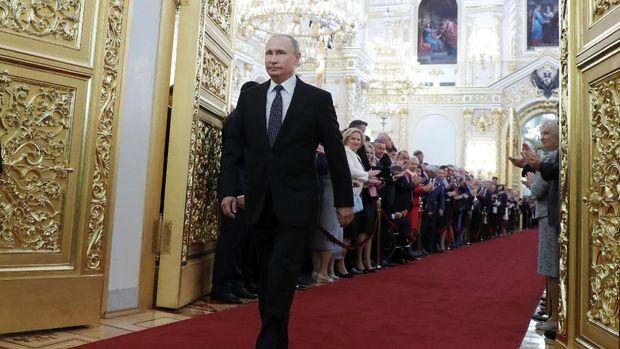 Presiden Rusia Vladimir Putin berjalan sebelum pelantikan di Kremlin, Moskow