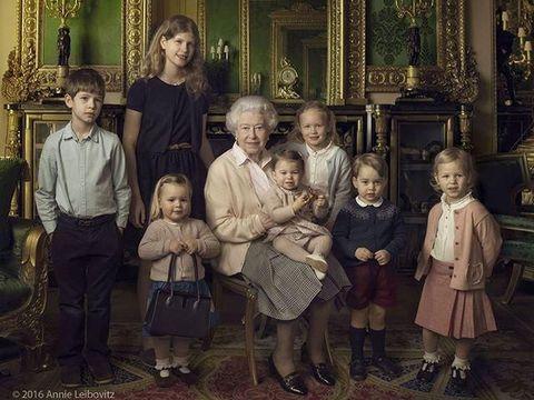 Pangeran George memakai cardigan biru.
