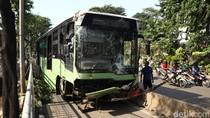 Bus TransJ Tabrak Pohon di Simprug, 1 Orang Tewas
