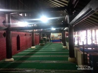 Masjid yang Serba Merah