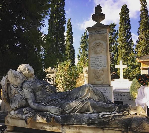 Ada banyak jenis patung yang bisa traveler nikmati di sini. Namun yang paling populer adalah nisan Sleeping Maiden atau I Koimomeni yang dibuat oleh seniman Giannoulis Chalepas tahun 1878 untuk seorang gadis yang meninggal, Sofia Afentaki (mort.safe/Instagram)