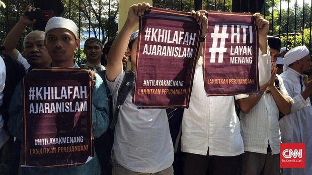 Massa pro HTI di depan PTUN, Jakarta Timur, Senin (7/5).