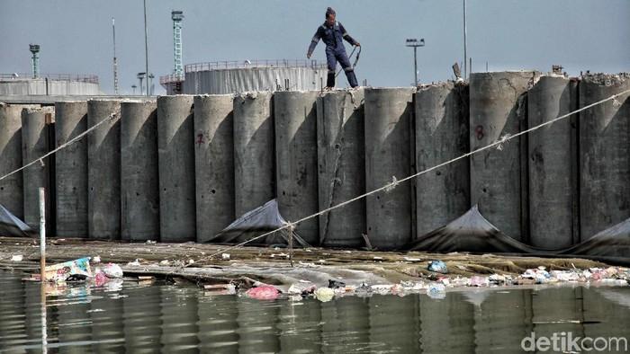 Proyek tanggul pengaman pantai di kawasan Kali Baru, Cilincing, Jakarta Utara, terus dikerjakan. Proyek ini ditargetkan rampung Juni 2018.