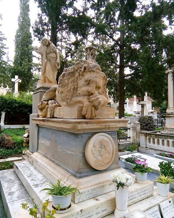 Pemakaman indah ini memang terkenal sebagai tempat peristirahat terakhir yang bergengsi. Ini bisa diliat dari banyaknya politisi penting, seniman, musisi, dan penyanyi yang dimakamkan di sini (681_steps/Instagram)