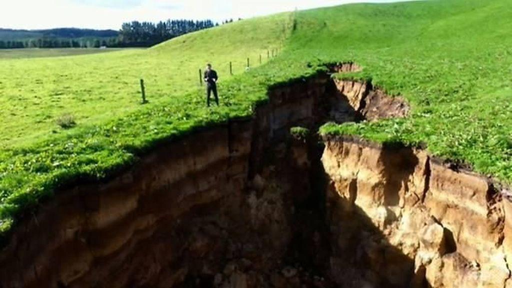 Lubang Raksasa Sedalam 20 Meter Tiba-tiba Muncul di Selandia Baru