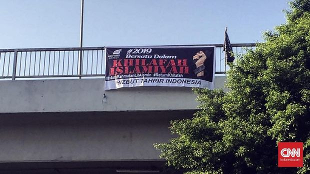 Spanduk dukungan bagi khilafah di sekitar PTUN saat sidang putusan HTI di PTUN, Jakarta Timur, Senin (7/5).