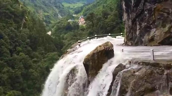 Ini Jalanan Paling Menakutkan di dunia, Melintasi Air Terjun