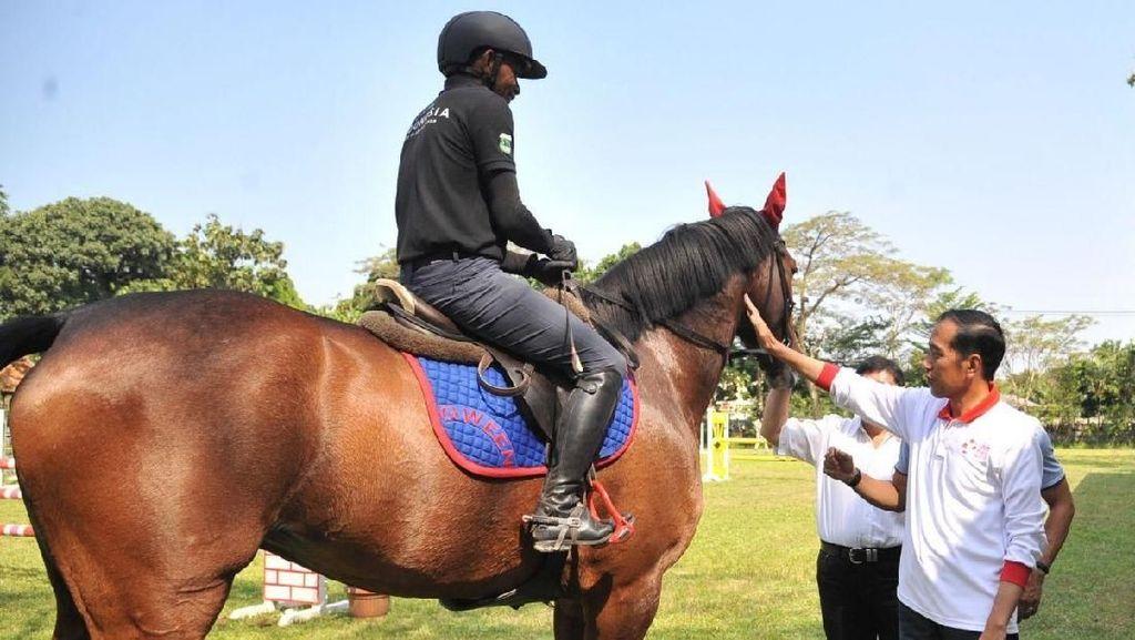 Foto: Jokowi Semangati Atlet Berkuda Asian Games