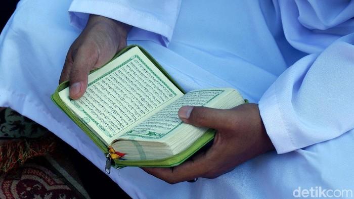 Ilustrasi membaca Al Quran. Foto: Agung Pambudhy