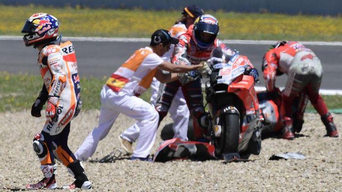 Tabrakan segitiga antara Jorge Lorenzo, Andrea Doviizoso, dan Dani Pedrosa di MotoGP Spanyol (AFP PHOTO / JAVIER SORIANO)