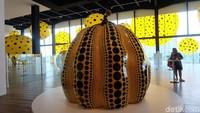 Siapa yang tak kenal dengan motif polkadot Yayoi Kusama? Karyanya menjamur ke seluruh penjuru dunia. Foto: (Agnes/detikhot)
