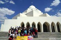 Seusai salat, rombongan berfoto di depan masjid (Wahyu/detikTravel)