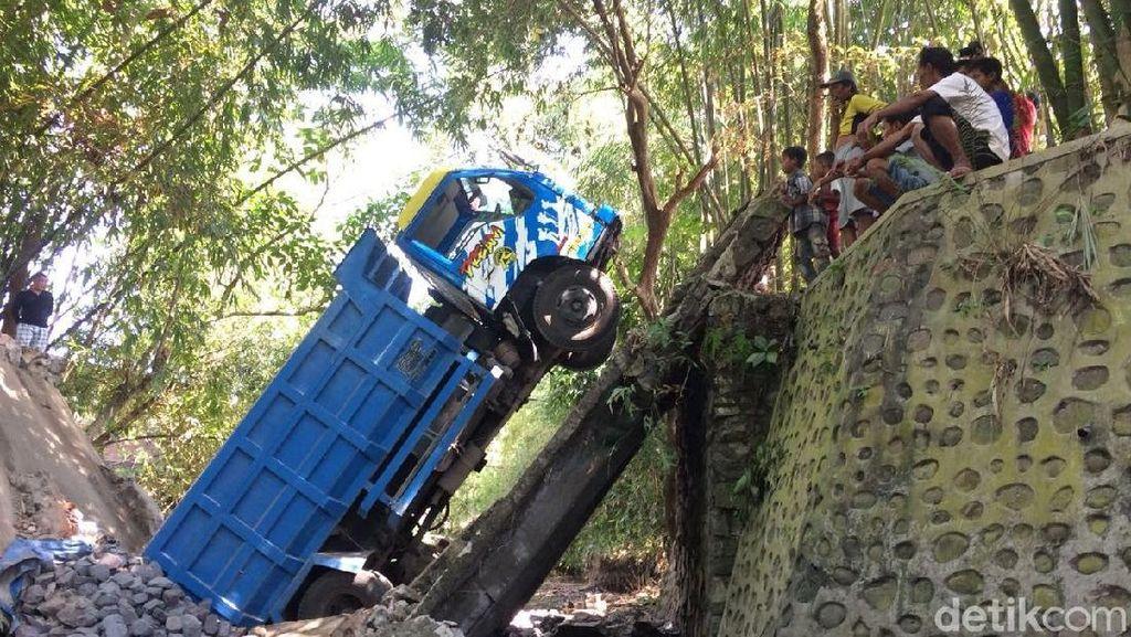 Truk Pengangkut Batu Terguling-Masuk Jurang 7 Meter di Tasikmalaya