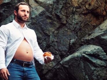 Mmm, perut ayah ini besar karena isi pizza dan burger kayaknya ya.(Foto: Facebook/Stephen Cwiok)
