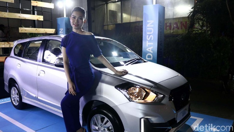 Moderl berpose dengan mobil Datsun (Foto: Rifkianto Nugroho)