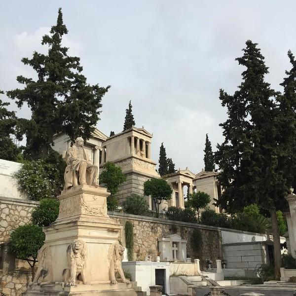 Traveler yang berkunjung ke sini akan dibuai dengan keindahan pantung-patung neoklasik. Patung-patung ini menjadi nisan dan simbol penjaga dari makam-makam tersebut (brennobenedetti/Instagram)