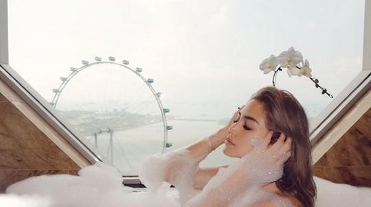 Pose Pakai Bathrobe, Jessica Iskandar Bikin Pangling