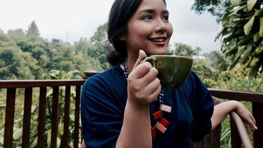 Begini Pose Manis Gita Gutawa Saat Ngopi dan Nikmati Gelato