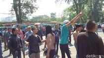 Demo di Gedung Sate, Ratusan Sopir Angkot Asik Berjoget Dangdut