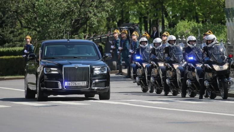 Mobil mewah Kortezh yang membawa Vladimir Putin saat pelantikan kemarin. Foto: Reuters