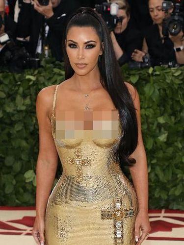 Kim Kardashian dengan gaun bersalib di MET Gala 2018.
