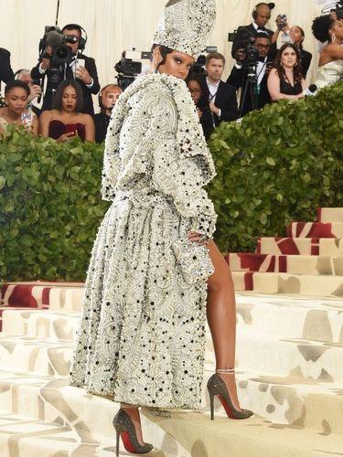 Rihanna tampil dengan topi Paus di MET Gala 2018.