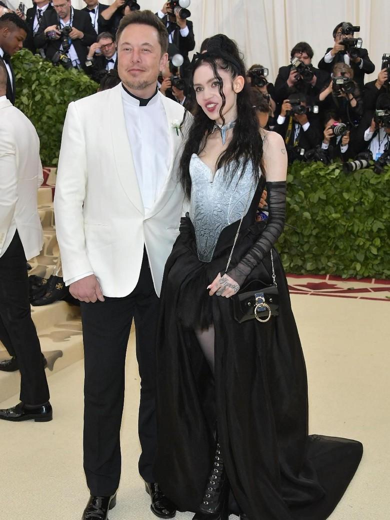 Elon Musk Kenalkan Pacar Baru di Met Gala 2018