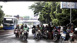 Kalau Hujan Deras Pemotor Jangan Neduh di Kolong Jembatan Dong!