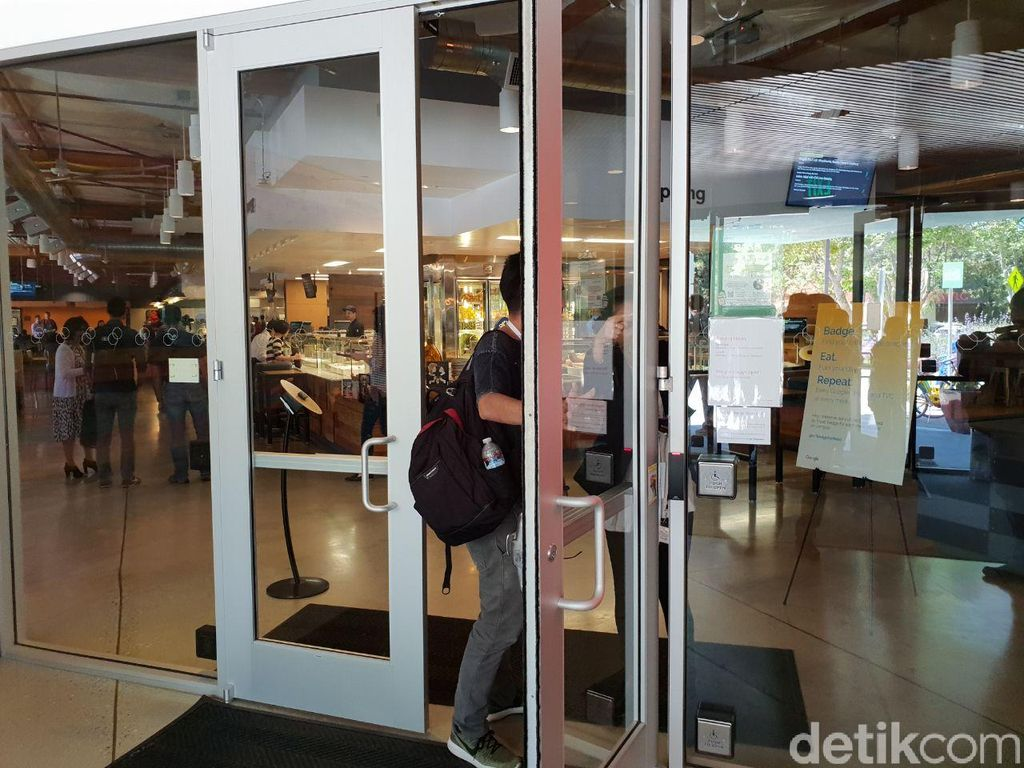 Saat masuk ke restoran melalui pintu depan. Foto: detikINET/Fino Yurio Kristo
