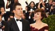 Scarlett Johansson-Colin Jost SNL Tunangan Setelah 2 Tahun Pacaran